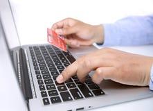 Mains avec le clavier et la carte de crédit Image libre de droits