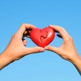 Mains avec le coeur de puzzle Images libres de droits