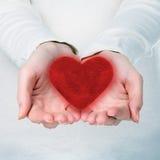 Mains avec le coeur rouge Images stock