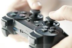 Mains avec le contrôleur de jeu images stock