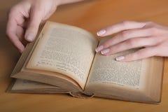 mains avec le livre Photos stock