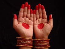 Mains avec le mehndi Image libre de droits