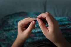 Mains avec le plan rapproché de tricotage, passe-temps de concept photographie stock libre de droits