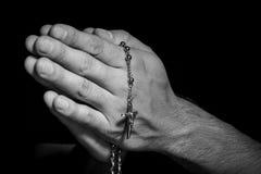 Mains avec le rosaire Photos libres de droits