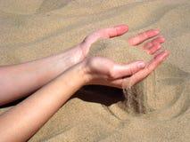 Mains avec le sable photographie stock