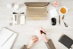 Mains avec le stylo et le carnet dans le lieu de travail image libre de droits