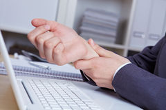 Mains avec le syndrome de RSI Image libre de droits