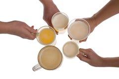 Mains avec le verre de bière de bière blonde sur le fond blanc photo libre de droits