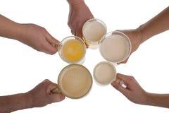 Mains avec le verre de bière de bière blonde sur le fond blanc photos stock