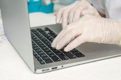 Mains avec les gants médicaux image libre de droits