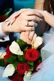Mains avec les nouveaux mariés heureux de boucles d'or de mariage Photo libre de droits
