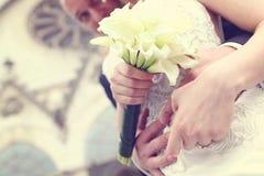 Mains avec lilly le bouquet Image libre de droits