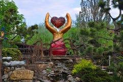 Mains avec un coeur dans l'espace d'amour de parc Images libres de droits