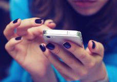 Mains avec un téléphone portable Photos stock