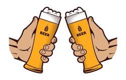 Mains avec un verre de bière sur un fond blanc illustration libre de droits