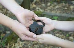 Mains avec un vieux cadenas et clé images libres de droits