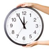 Mains avec une grande horloge images libres de droits