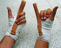 Mains bandées avec des klaxons images stock