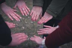 Mains brouillées par fond Image stock