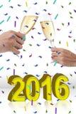 Mains célébrant la nouvelle année et grillant le champagne Image stock