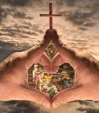 Mains, coeur, église avec l'hublot Images stock