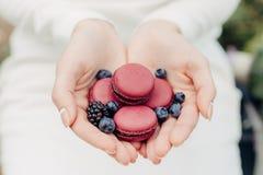 Mains, coeur, macaron, la chaleur, fond clair photo libre de droits