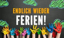 Mains colorées d'enfants avec le message et le x22 ; finalement holidays& x22 ; Images stock