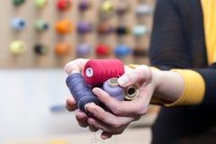 Mains complètement des amorçages colorés Photographie stock