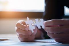 Mains connectant le puzzle denteux Solutions d'affaires, succ?s et concept de strat?gie Fermez-vous vers le haut de la photo avec images stock