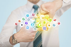 Mains créant une forme avec les icônes mobiles d'APP Photo stock