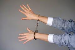 Mains criminelles verrouillées dans des menottes photos libres de droits