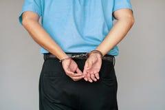 Mains criminelles verrouillées dans des menottes Vue de plan rapproché photos libres de droits