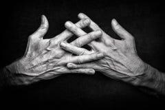 Mains croisées du ` s d'homme avec les doigts croisés Photo libre de droits