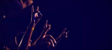 Mains cultivées des amis encourageant dans le club Image libre de droits