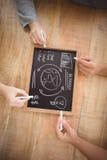 Mains cultivées tenant la craie avec des termes d'affaires sur l'ardoise Image libre de droits