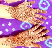 Mains décorées avec le henné photographie stock
