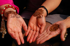 Mains décorées du henné Photos stock