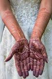 Mains découpées par henné de jeune mariée Image stock