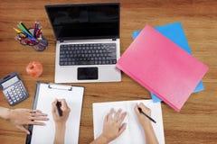 Mains d'étudiant universitaire étudiant avec l'ordinateur portable Image stock