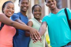 Mains d'étudiants universitaires ensemble Photo stock