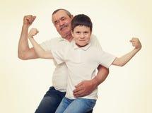 Mains d'aîné et de muscle d'exposition d'enfants Images stock