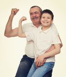 Mains d'aîné et de muscle d'exposition d'enfants Images libres de droits