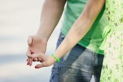 Mains d'amant dans des mains Le couple prend des mains dans des mains Photos libres de droits