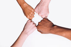 Mains d'ami, blanches et noires interraciales ensemble Photographie stock libre de droits