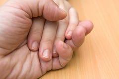 Mains d'amour dans des mains Photos libres de droits