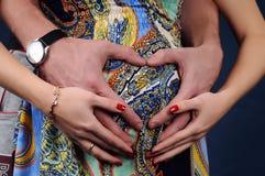 Mains d'amour de femme enceinte et de mari Photo libre de droits