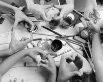 Mains d'artistes avec la papeterie et le papier coloré Concept malpropre d'art images libres de droits