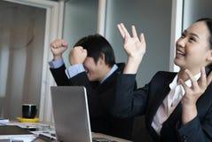 Mains d'augmenter d'équipe d'affaires avec bonheur pour le projet réussi image stock