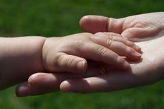 Mains d'enfant et de mère Photo libre de droits