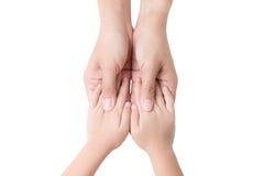 Mains d'enfant et de mère sur le blanc Photo stock